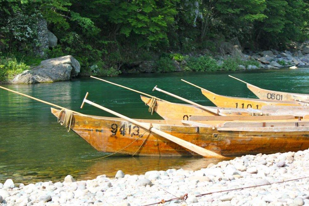 기누가와 강 배 승객들의 탑승을 기다리고 있다.