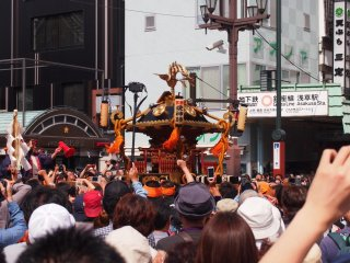 Đền thờ di động được kiệu qua những con đường bị tạm thời phong tỏa trong suốt ngày lễ. Tuy vậy, tàu điện ngầm vẫn hoạt động bình thường. Hãy xuống tại Ga Asakusa tuyến Ginza và hòa mình cùng đám đông cuồng nhiệt. Bạn không thể bỏ lỡ nó được.