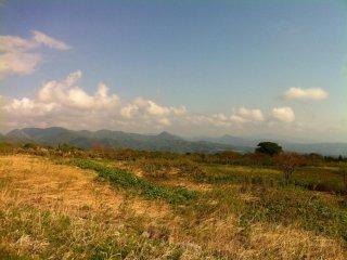 Bạn có thể chiêm ngưỡng những ngọn núi thấp hơn khi leo lên núi Chokai được nửa đường
