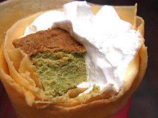 Bánh crêpe pho mát trà xanh và kem tươi từ cửa hàng Angels Heart. Kết cấu bánh crêpe rất mềm mịn và kết hợp hài hòa với nhân bánh. Bánh hơi ngọt với tôi về cuối bởi có rất nhiều sô cô la trắng.