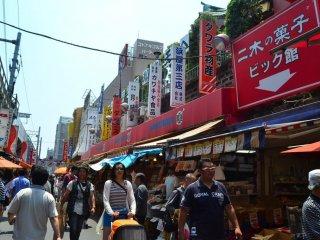 Chợ Ameyoko nhộn nhịp và đông đúc.