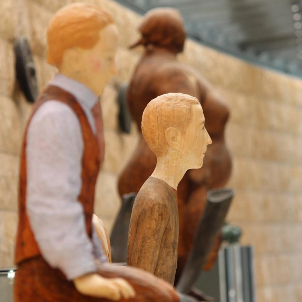 The Kuma Seidou no Kairou is an art gallery of sculptures mostly of bronze, but there are some attractive pieces carved of wood as well.