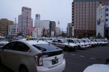 有許多計程車