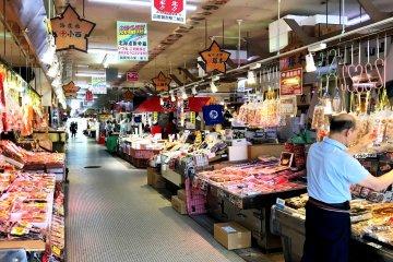 由媽媽爸爸們經營的各種攤販,營造出有善的當地氛圍