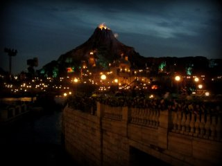 At night the park lights up, and the evening show starts!