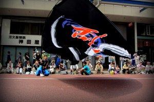 旗は地面すれすれに振られるが、なぜかダンサーたちは必ず地面に着く直前に旗を振り上げることができる