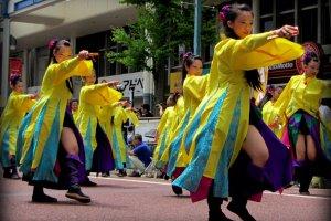 各地から祭りに参加するダンスグループ