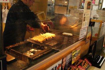 Мастер гриля готовит тихоокеанскую сайру