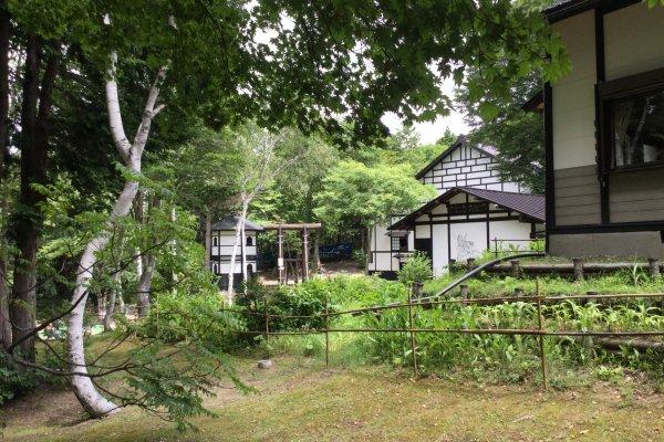 Khu vườn xinh xắn của bảo tàng dân tộc Togakushi. Một trong những tòa nhà đó chính là dinh thự tuyệt kỹ ninja
