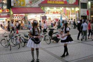 """""""Maid"""" é um tipo de indumentária usada pelas promotoras de estabelecimentos comerciais em Akihabara, tipicamente cafés e restaurantes"""