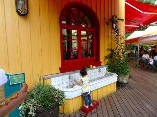 Милое маленькое место, что бы помыть руки в Кафе Музея Гибли