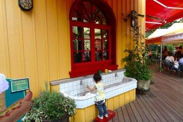 <p>Милое маленькое место, что бы помыть руки в Кафе Музея Гибли</p>
