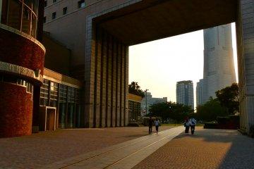 การออกแบบที่น่าสนใจมีช่องสี่เลี่ยมผืนผ้าอยู่ตรงกลางอาคาร