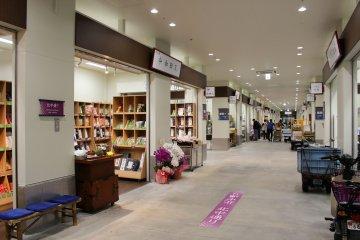 Shops at the Uogashi Yokocho market