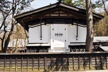 <p>Контраст между тёмным деревом и белыми стенами превалирует в архитектуре периода Эдо.</p>
