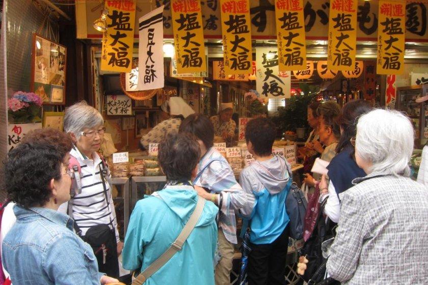 อาหารรสเด็ด แถวยาวเหยียดทั้งวัยรุ่นและวัยทองในตลาดซูงาโมะที่สายรถไฟยามาโนเตะตอนเหนือของโตเกียว