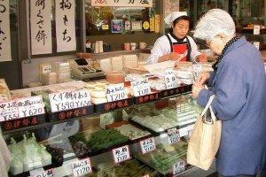 แวะมาที่ร้านรุ่นพ่อรุ่นแม่ในซูงาโมะเก่าแก่และย้อนวันวาน