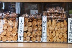 แครกเกอร์ข้าวหลากชนิดในตลาดซูงาโมะ โตเกียว