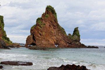 明屋海岸上的心型石洞