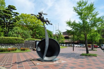 A sculpture by Barry Flanagan called ' Leaping Hare on Crescent and Bell' (1988). This is at the entrance to the museum.