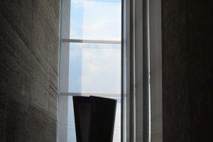 Patung moderen di sudut ruangan