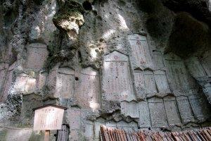 Плиты в скале