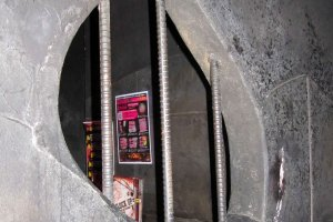Inside your cell you can peer into the neighboring dungeons.