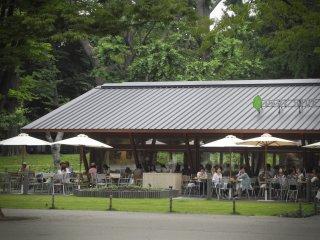Un café dans le parc