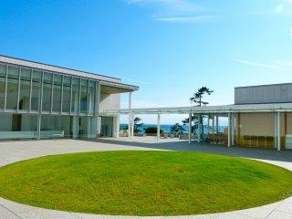Bảo tàng, trời xanh, và nước biển xanh