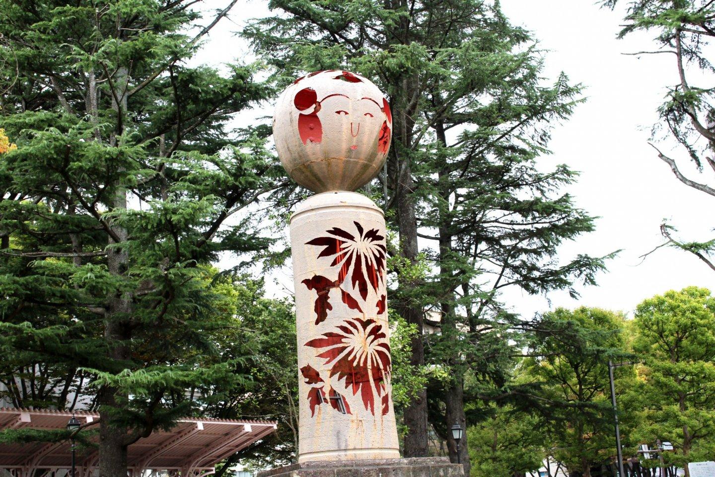 Большая фигура кокэси у входа в Ниси парк