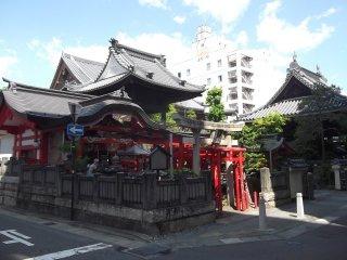 Ngôi đền khi nhìn từ con phố