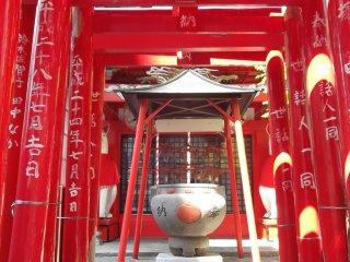 Con đường nhỏ dưới những cánh cổng torii