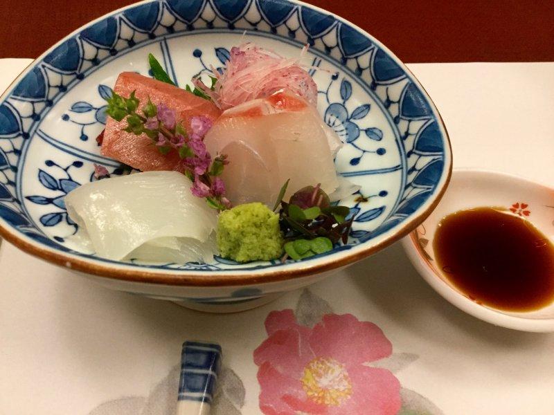 ทุกอย่างในจานใบนี้ทานได้ทั้งนั้น ดอกไม้ที่ใช้ตกแต่งมาเสริมให้ซาชิมิดูสดน่าทานยิ่งขึ้น