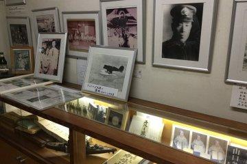 ตรงประตูทางเข้ามีรูปภาพตั้งโชว์อยู่ เป็นรูปที่แสดงความสัมจันธ์ของร้านกับบุคคลที่มีชื่อเสียงต่างๆ