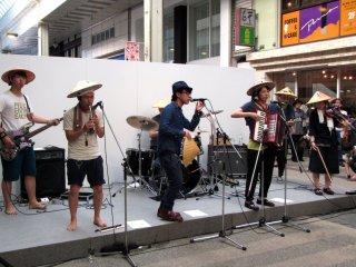 Un groupe de musiciens avec de drôles de chapeaux