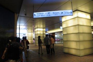 Helpful signs leading to Akasaka Sacas