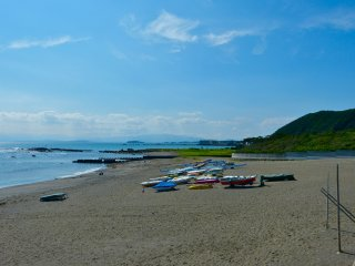 Pantai yang berada tepat di depan taman