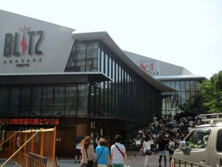 Lines outisde of Akasaka Blitz livehouse and ACT theater