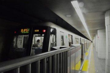 A train arriving at Azabu-juban Station