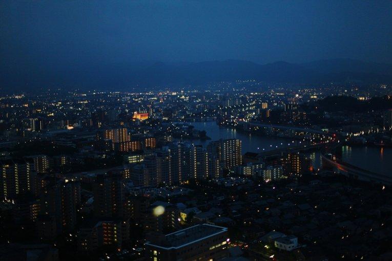 برج فوكوكا والمناظر الليلية