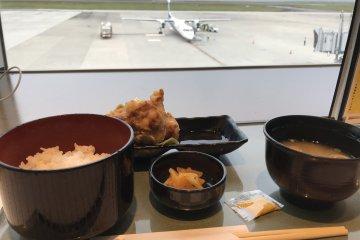 ลองชิมโทะริเท็น (เทมปุระไก่) ซึ่งเป็นอาหารพื้นเมือง ในขณะที่คุณดูเครื่องบิน