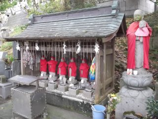 Rokujizo, six statues placed by the gate to protect travelers