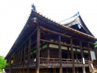 Senjokaku's large wooden exterior