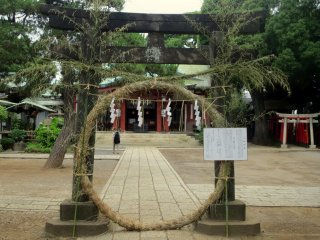 Another shimenawa (rope ring) with instructions on how to properly enter the sacred area