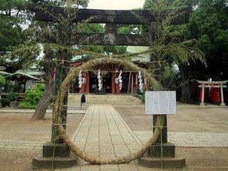 Shimenawa lainnya (cincin tali) dengan petunjuk bagiamana memasuki tempat / area yang suci