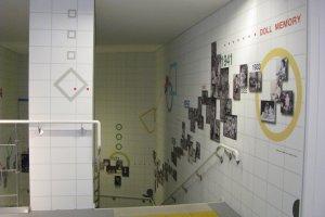 история кукол в фотографиях вдоль лестницы на второй этаж