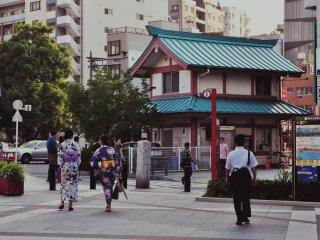 La promenade se situe à 50 mètres de la station Asakusa. En face il y a un stand d'informations