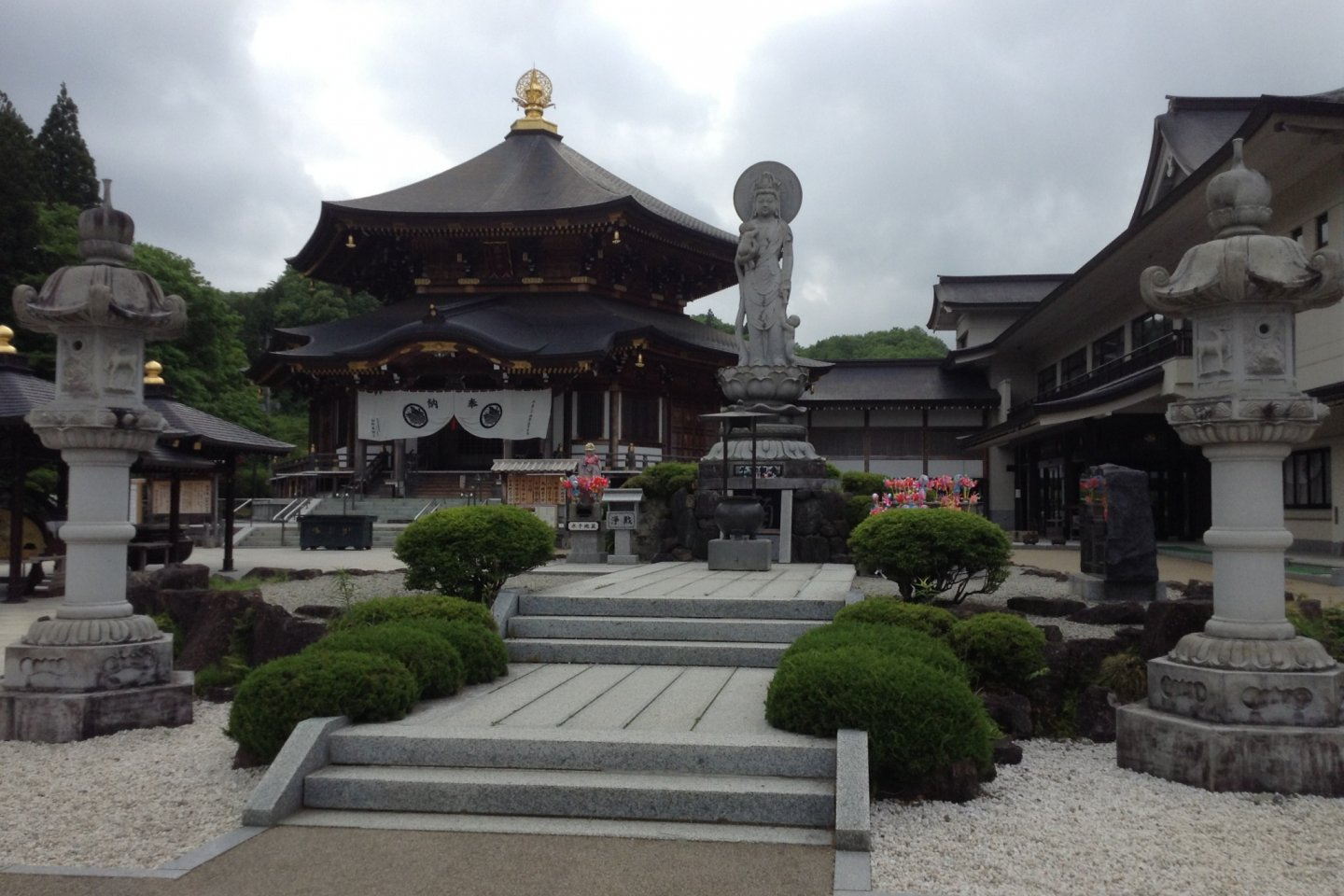 The main temple enshrines a the scroll of Amida Buddha which came from China. The temple was built using traditional craftsmen techniques with no nails of any kind.