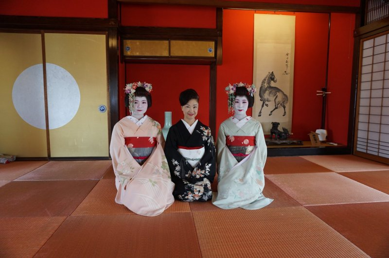The Maiko and the chamisen player are avaiable for pictures at the end