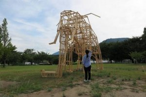 As estruturas em madeira são criadas primeiro pelos estudantes na Universidade, e depois são executadas por estes no campo do festival. Para muitos é a primeira vez que criam algo tão grande e que vai ser apreciado por centenas de pessoas ao longo do Verão.